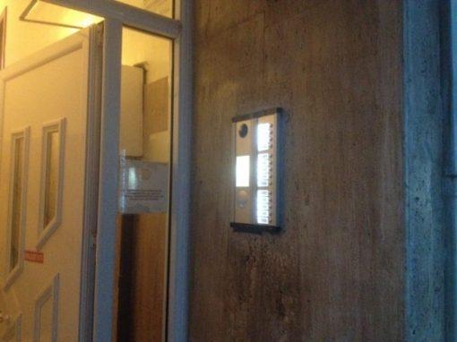 Αντικατάσταση παλαιών θυροτηλεφώνων με έγχρωμες θυροτηλεοράσεις σε Πολυκατοικία στο Γαλάτσι